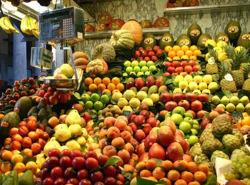 Ein Obst- und Gemüsestand mit vielfältiger Auswahl