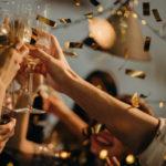 Party planen: mit Sekt anstoßen