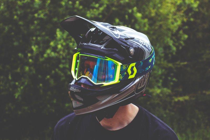 Eine Person trägt einen Cross Helm