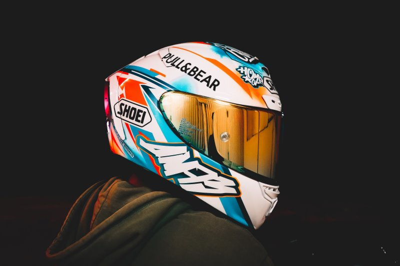 Person trägt einen weißen Helm mit bunten Muster