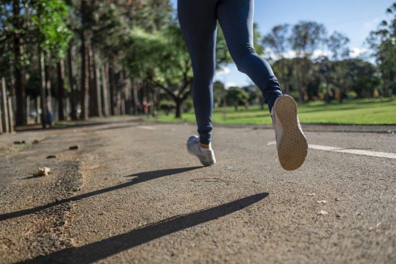 Joggerin läuft auf Straße