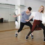 Tänzer üben gemeinsam eine Choreografie