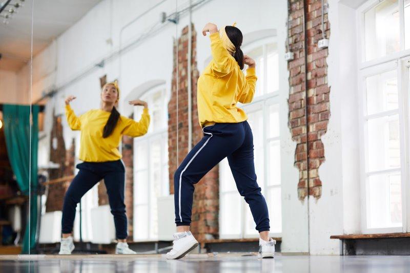 Eine Tänzerin tanzt vor dem Spiegel
