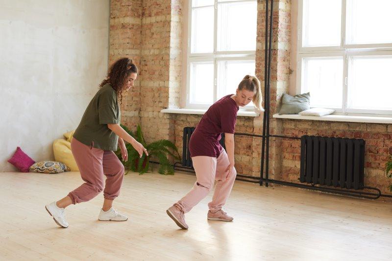 Tänzerinnen üben in einem Studio