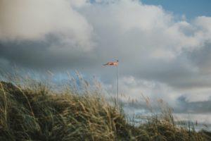 Düne mit dänischer Flagge