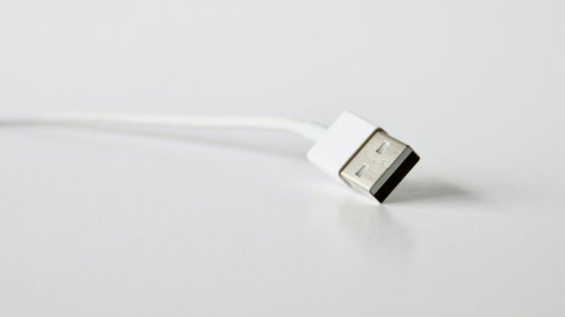 Ein weißes USB-Kabel