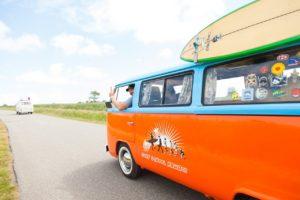 Bus fährt in Surfurlaub
