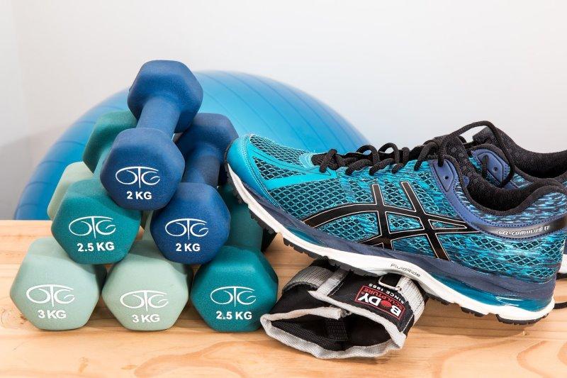 Freie Gewichte und Equipment für Fitnessübungen