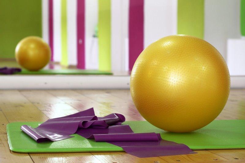 Widerstandsband und Gymnastikball für die Übungen