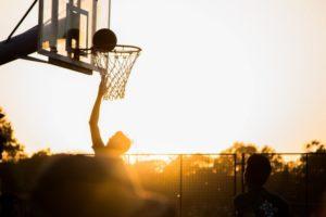 Basketballkorb vor einem Sonnenuntergang