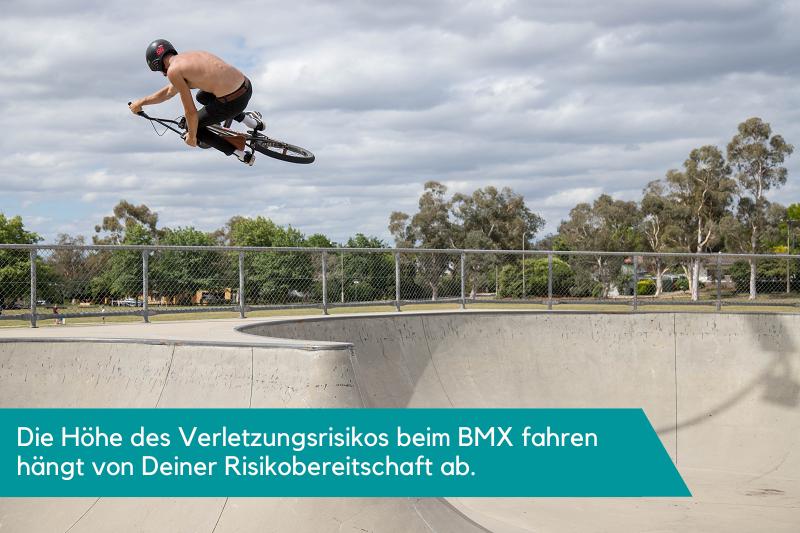 Ein BMX-Fahrer der in der Luft einen riskanten Trick demonstriert.