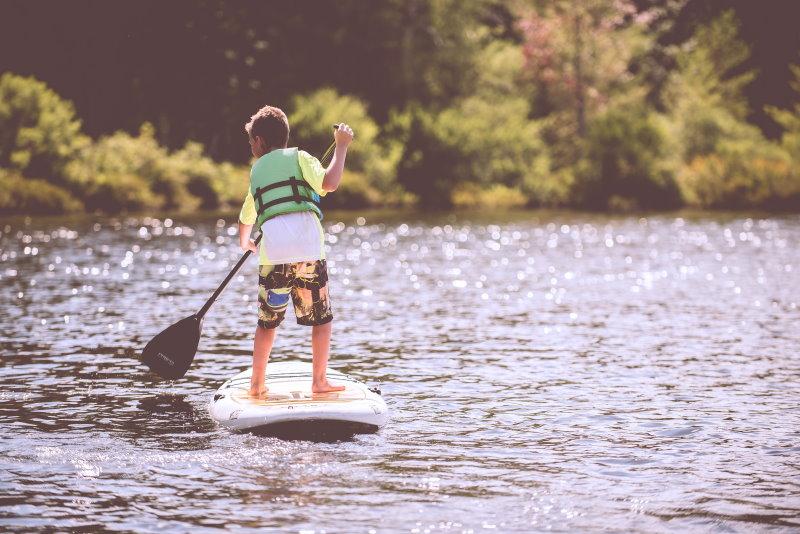 kind auf dem stand up paddling board