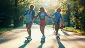 Jugendliche fahren Skateboard und Longboard