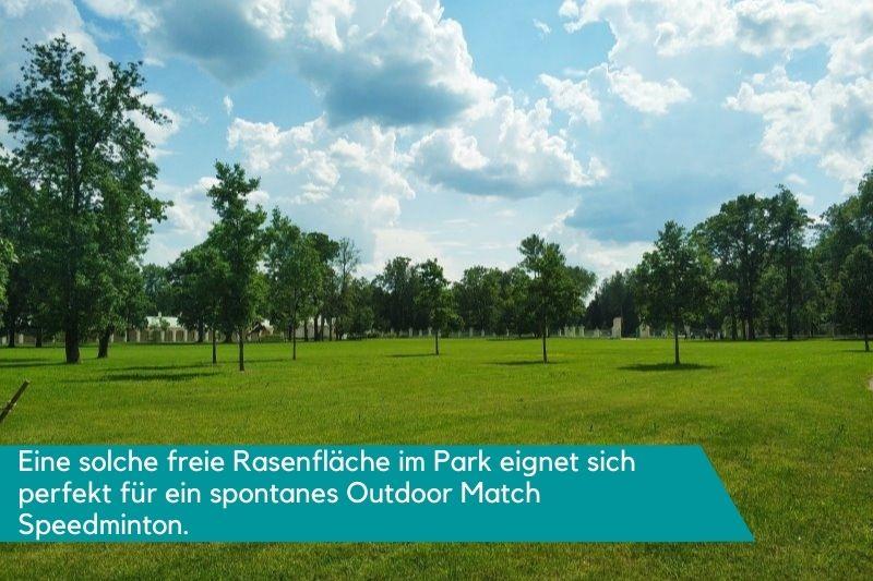 Freie Rasenfläche im Park