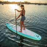 stand up paddling frau auf dem board