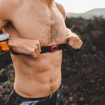 Mann trägt einen Herzfrequenz-Brustgurt