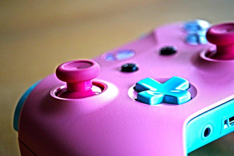 Ein pink-blauer Xbox Controller