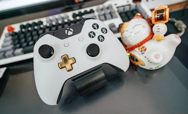 Xbox One Controller auf einem Controller Halter