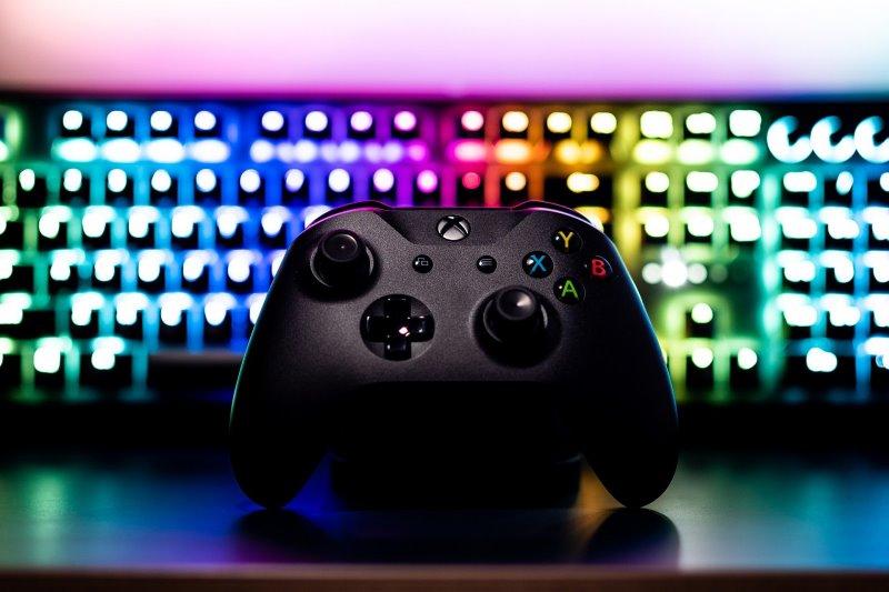 Xbox Controller vor einer Tastatur