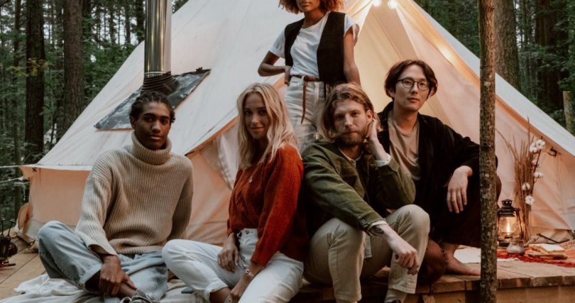 5 Personen vor einem 6-Personen-zipi-Zelt