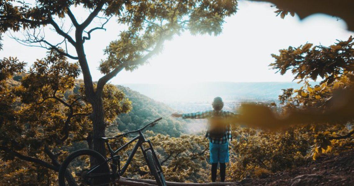 Radfahrer der auf einem Berg steht