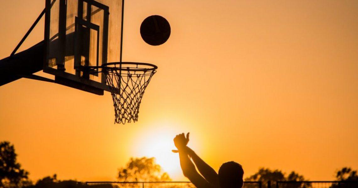 Zum Sonnenuntergang Basketball spielen