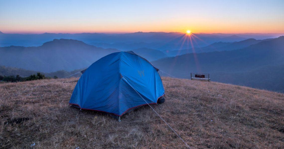 Blaues 2-Personen-Zelt und ein Sonnenaufgang