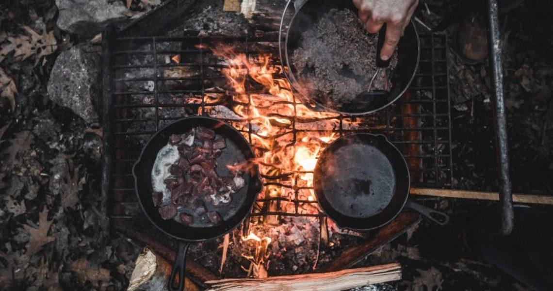 Beim Camping Kochgeschirr kannst zwischen verschiedenen Arten wie zum Beispiel Kochtöpfe und Pfannnen unterscheiden.