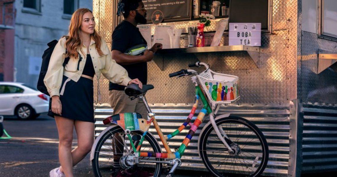 Buntes Cityrad vor Kiosk