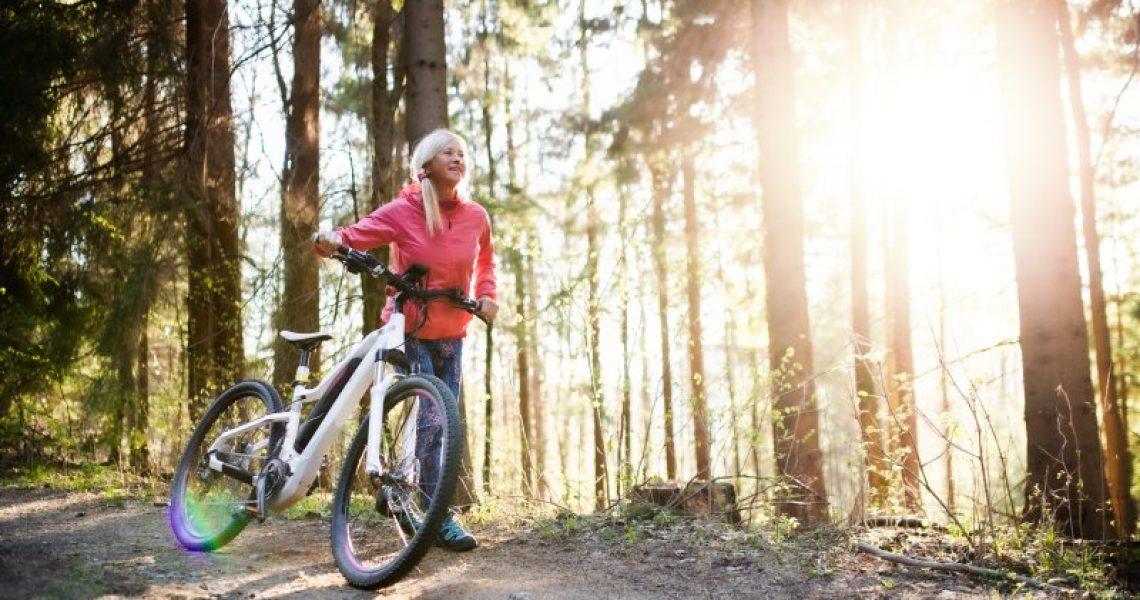 E-Bike Tour einer Seniorin im Wald