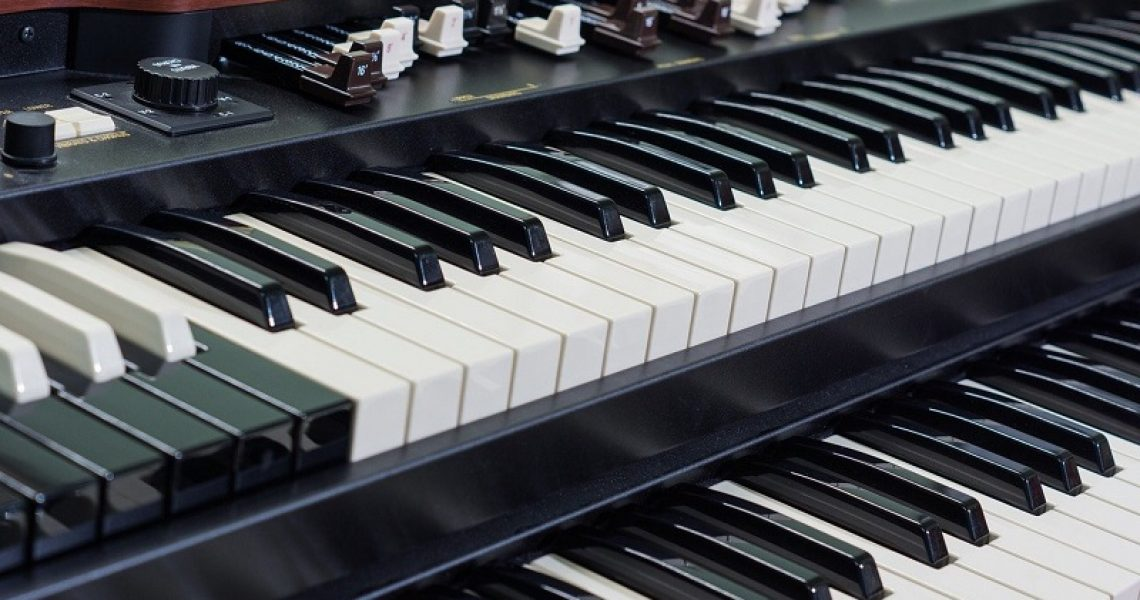 Zweimanualige elektronische Orgel
