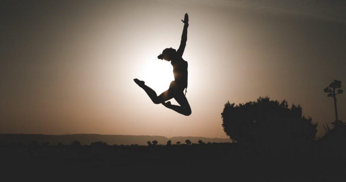 Frau springt