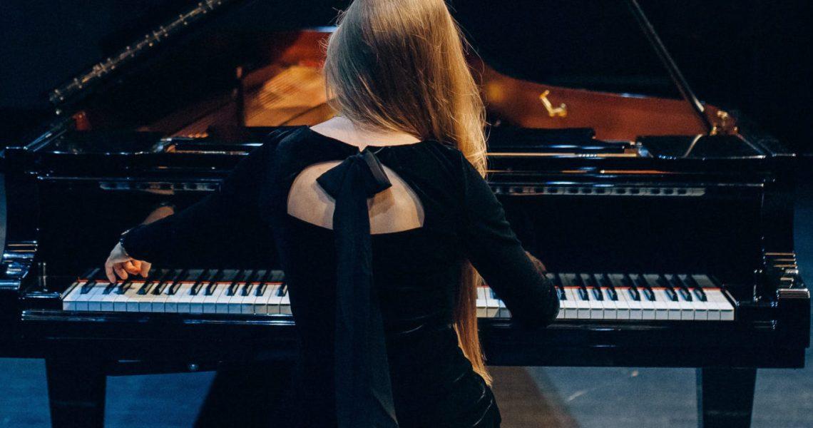 Eine Pianistin am Flügel