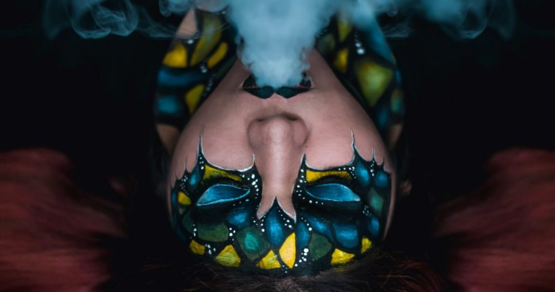 Frau mit Bodypainting Farbe im Gesicht