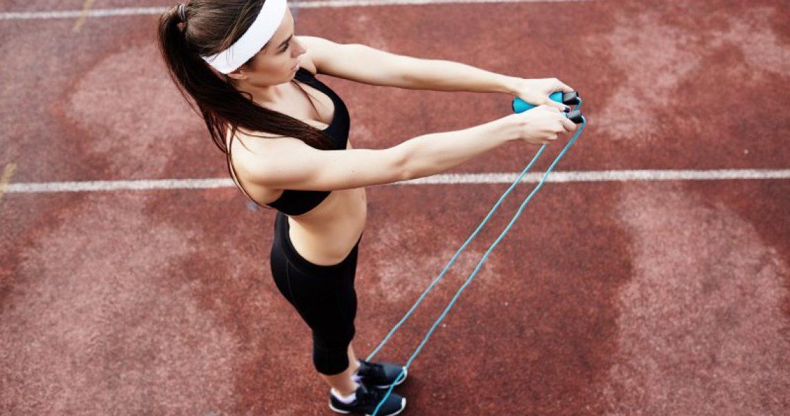 frau-trainiert-mit-springseil