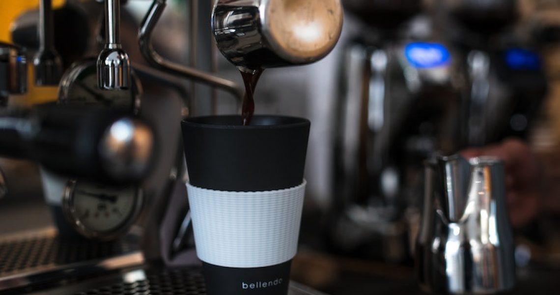 Isolierbecher wird mit Kaffee befüllt