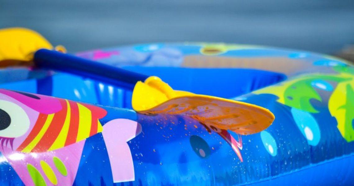 Blaues Kinderschlauchboot mit Paddel
