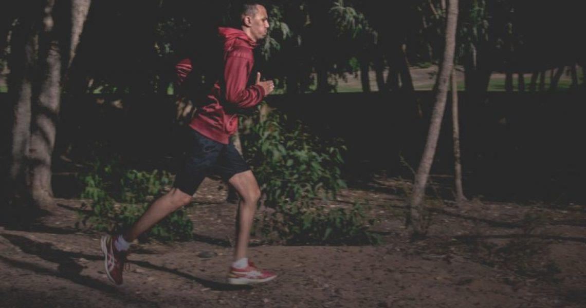 Mann in Laufjacke beim Joggen