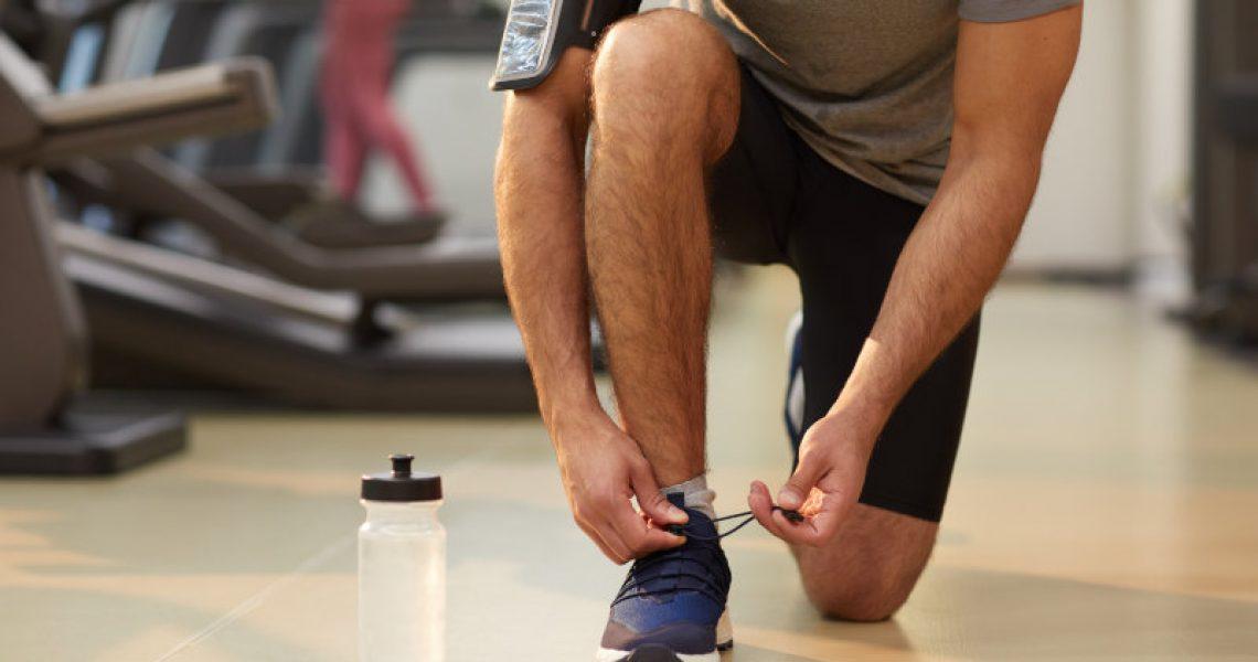 Ein Mann zieht Spinning Schuhe für Indoor Cycling an