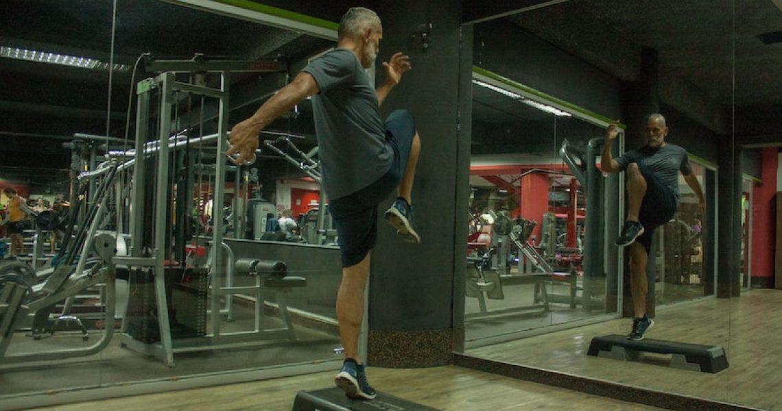 mann-trainiert-mit-aerobic-stepper