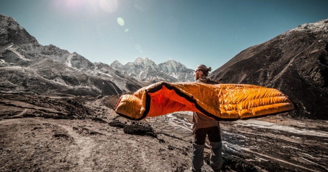 Mann mit Schlafsack in der Hand