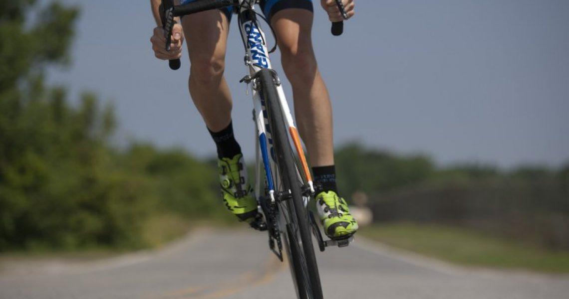 Radfahrer mit Klickschuhen auf Rennrad