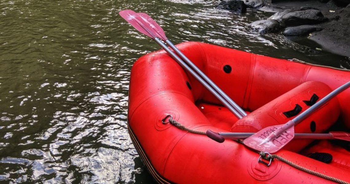 Schlauchboot mit Paddel