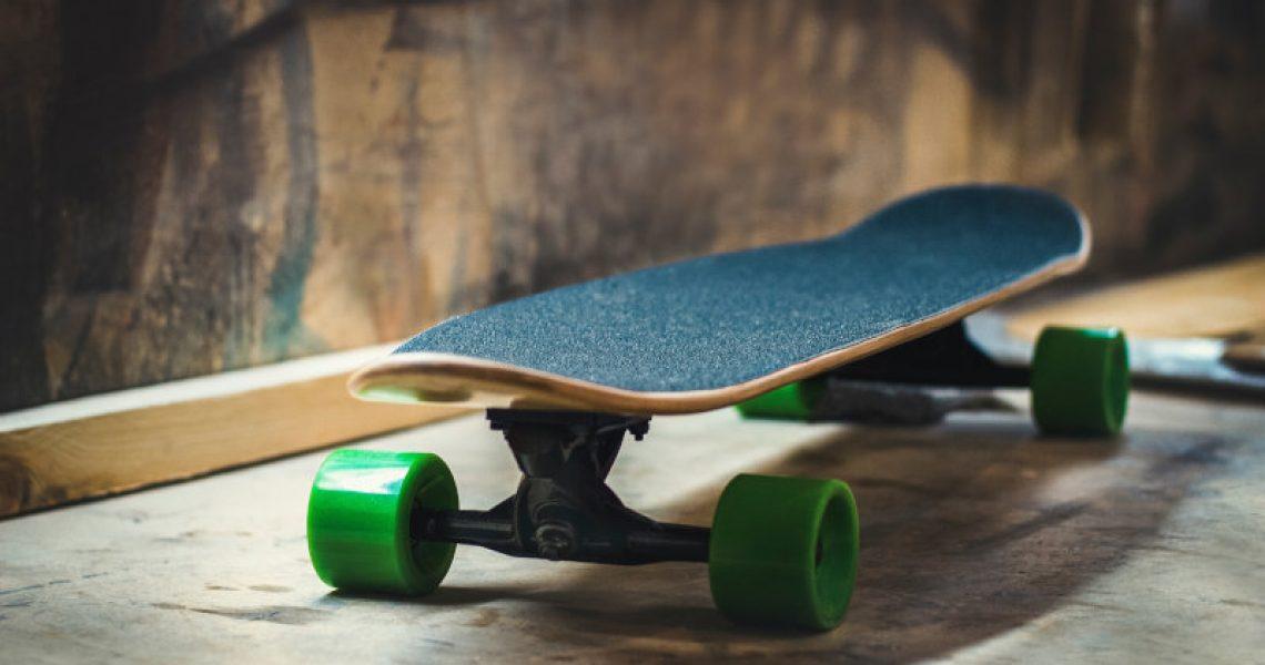 skateboard-mit-gruenen-rollen