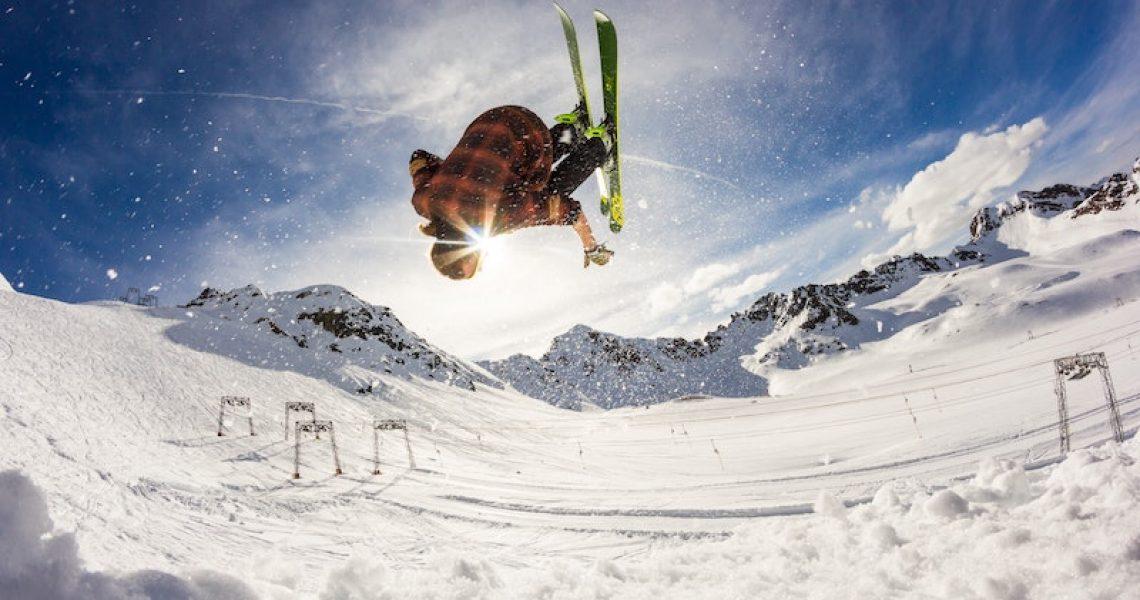 Skifahrer in der Sonne im Schnee