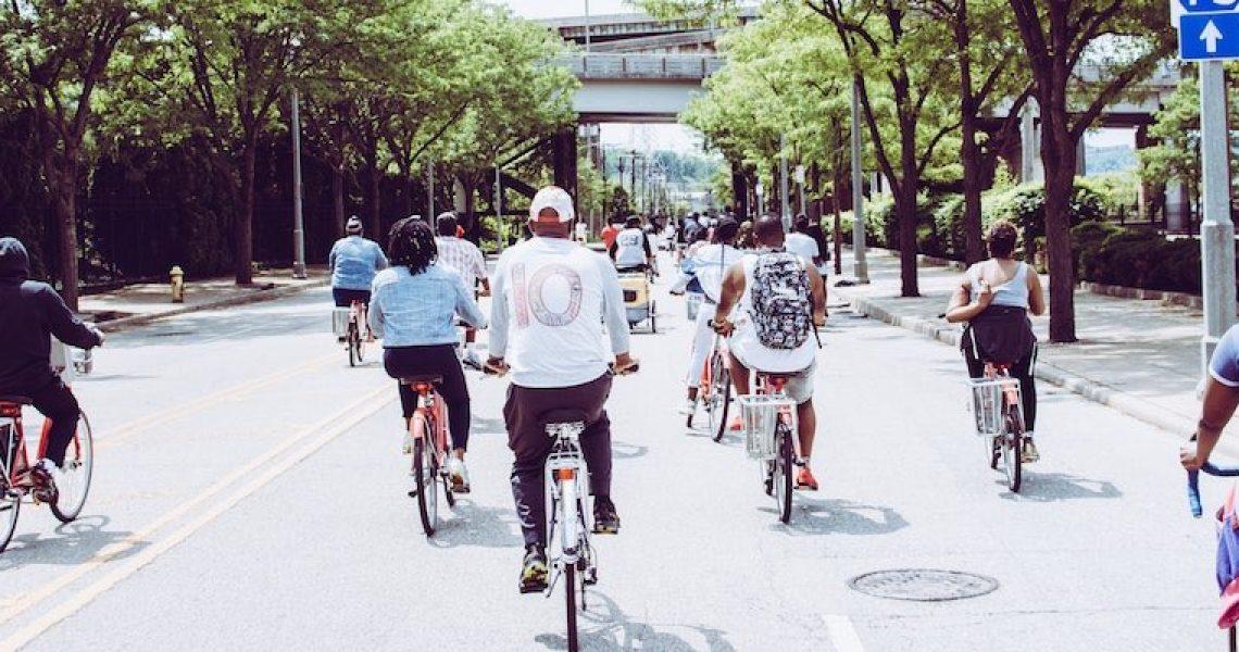 Verschiedene Fahrradtypen auf der Straße unterwegs