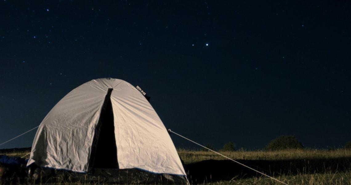 Zelt mit schwarzer Schlafkabine im Dunkeln